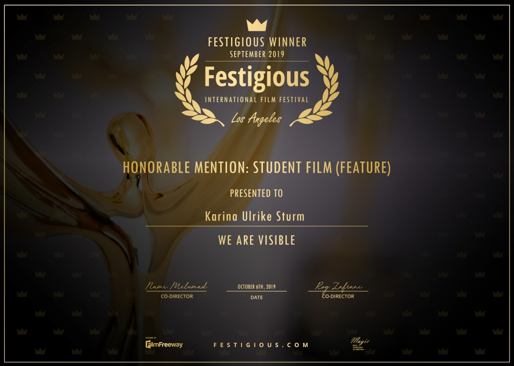Gewinnerurkunde der Festigious Awards. Goldener Text auf schwarzem Hintergrund. Eine goldene Statue ist im Hintergrund zu sehen. Text: Winner, LAFA, Festigious Film Awards 2019, Honorable Mention: Student Film We Are Visible, Karina Ulrike Sturm.