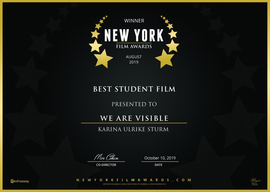 Siegerurkunde New York Film Awards. Weiße Schrift auf schwarzem Untergrund umrandet von goldenen Sternen. Text: Winner New York Film Awards, August 2019, Best Student Film, We Are Visible, Karina Ulrike Sturm.
